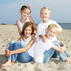tl_files/promotion/content/vier Kinder am Strand.jpg